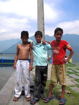 Nens al llac a Srinagar